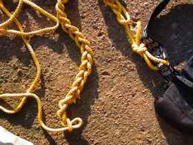 Chain coiling knot